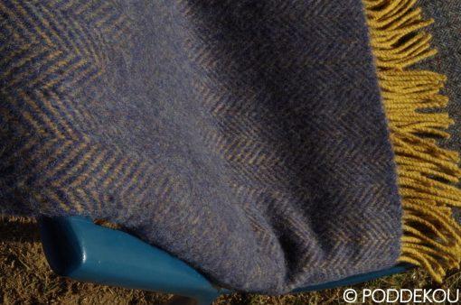 Kvalitná vlnená deka modrá, Deka so vzorom rybia kosť, Modrá deka, Horčicová deka, Okrová deka, Modro-horčicová deka, Okrovo-modrá deka, Herringbone vzor deka, deka z merino vlny a kašmíru, Vlnená deka modrá, Modrý prehoz, Modrá prikrývka, Kašmírová deka, Kašmírová deka modrá, Tmavomodrá deka, Modrý prehoz z merino vlny a kašmíru