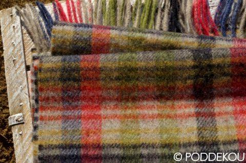 Tartanový vlnený šál zo 100% jahňacej vlny, Sivo-zeleno-červeno-čierny károvaný šál vlnený