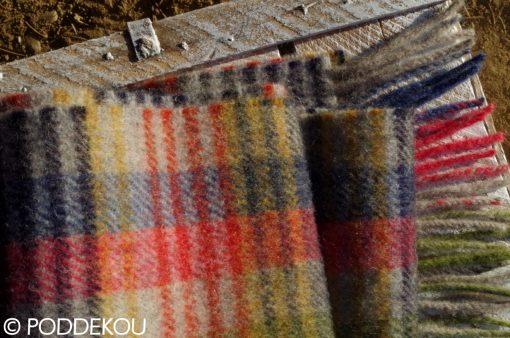 Kvalitný tartanový vlnený šál farebný - čierny, sivý, červený, zelený ukončený strapcami