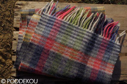 Farebný vlnený šál s károvaným vzorom ukončený strapcami